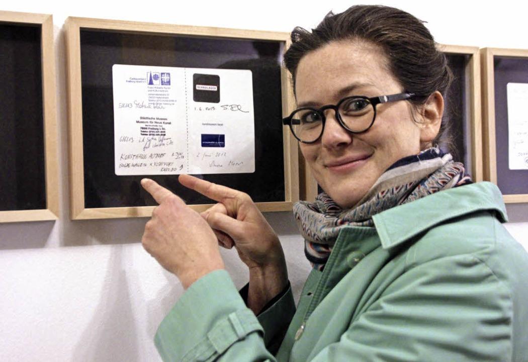 Kunstpilgerin Marinka Limat hat in der...intrag der Kunsthalle ins Pilgerbuch.   | Foto: Erika Sieberts