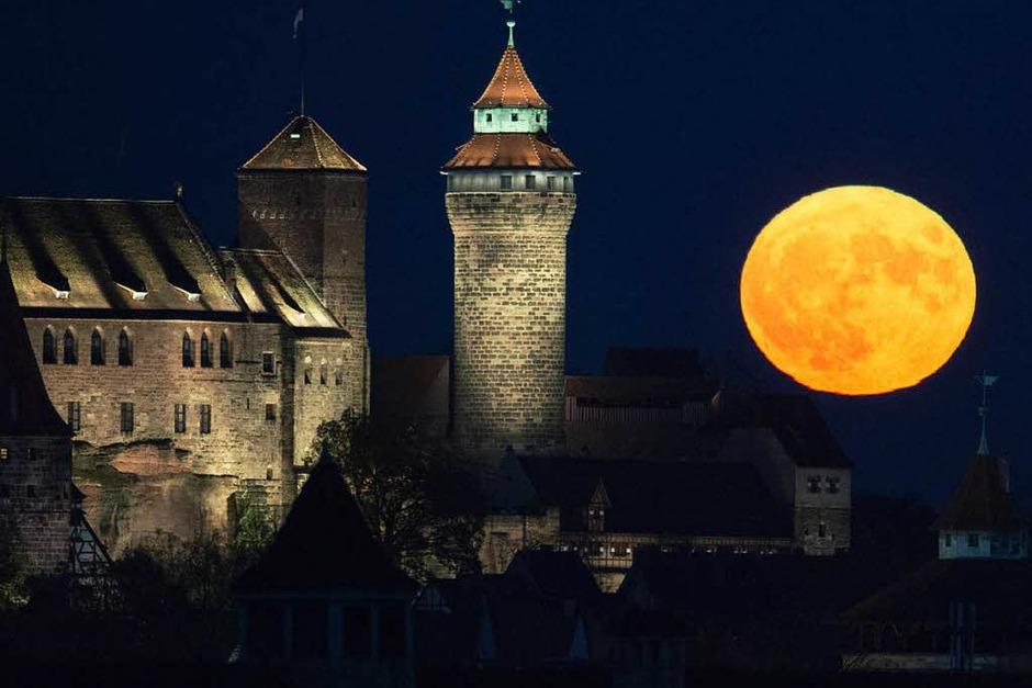 So hat Nürnberg den Supervollmond gesehen. (Foto: dpa)