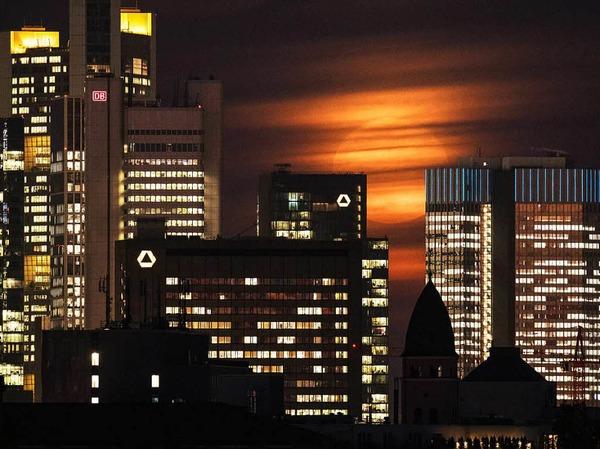 Die Frankfurter Skyline im Licht des Supermondes.