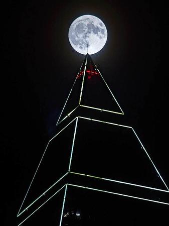 Der Supermond als Spitze des Frankfurter Messeturms.