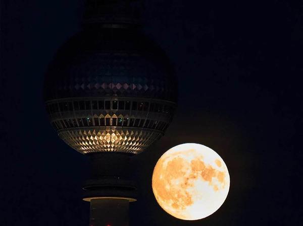 Der Supermond auf Höhe des Berliner Fernsehturms.