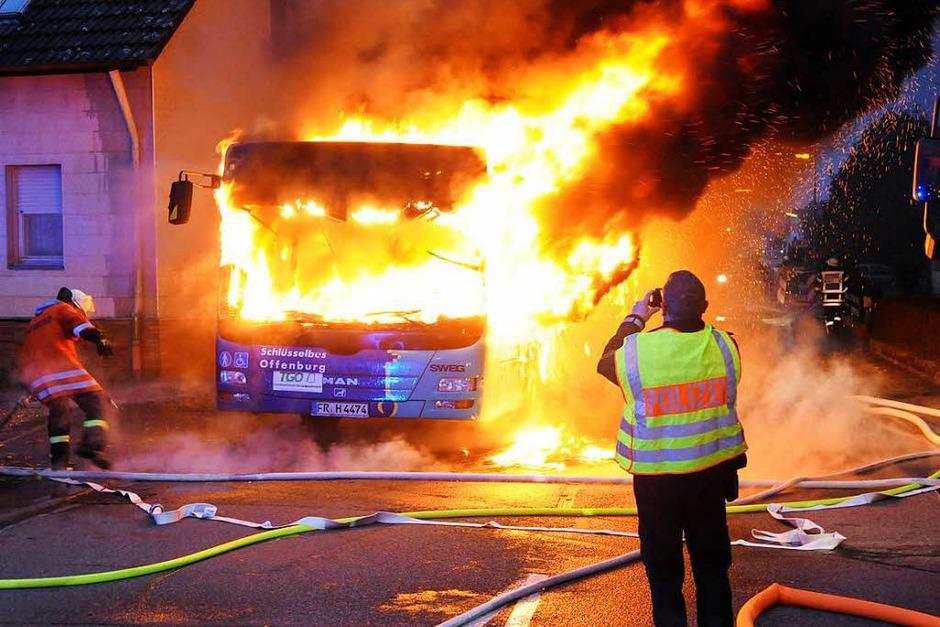 Als die Feuerwehr Neuried ankam, befanden sich keine Leute mehr in dem Linienbus. (Foto: WOLFGANG KUENSTLE               )