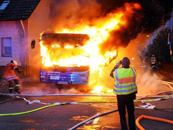 Als die Feuerwehr Neuried ankam, befanden sich keine Leute mehr in dem Linienbus.