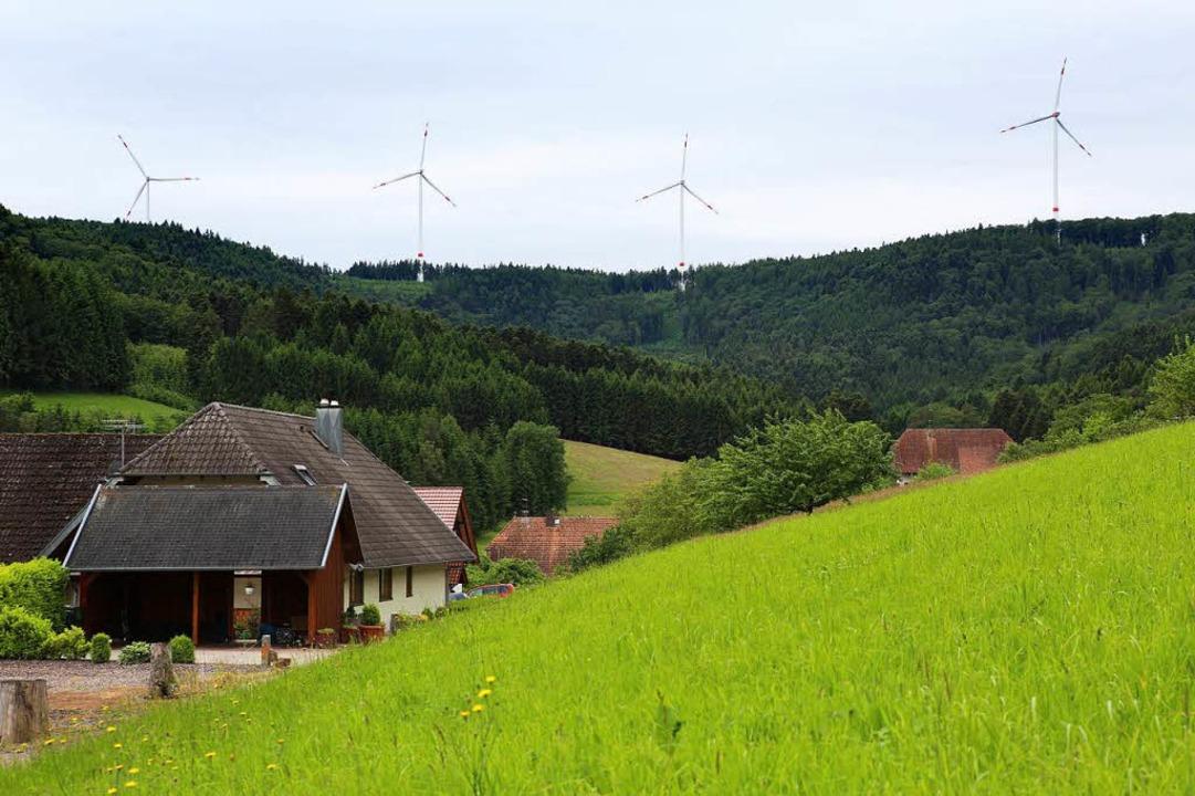 Die Windkraftanlagen des Bürgerwindpar... Schuttertäler Regelsbach als zu laut.  | Foto: Christoph Breithaupt