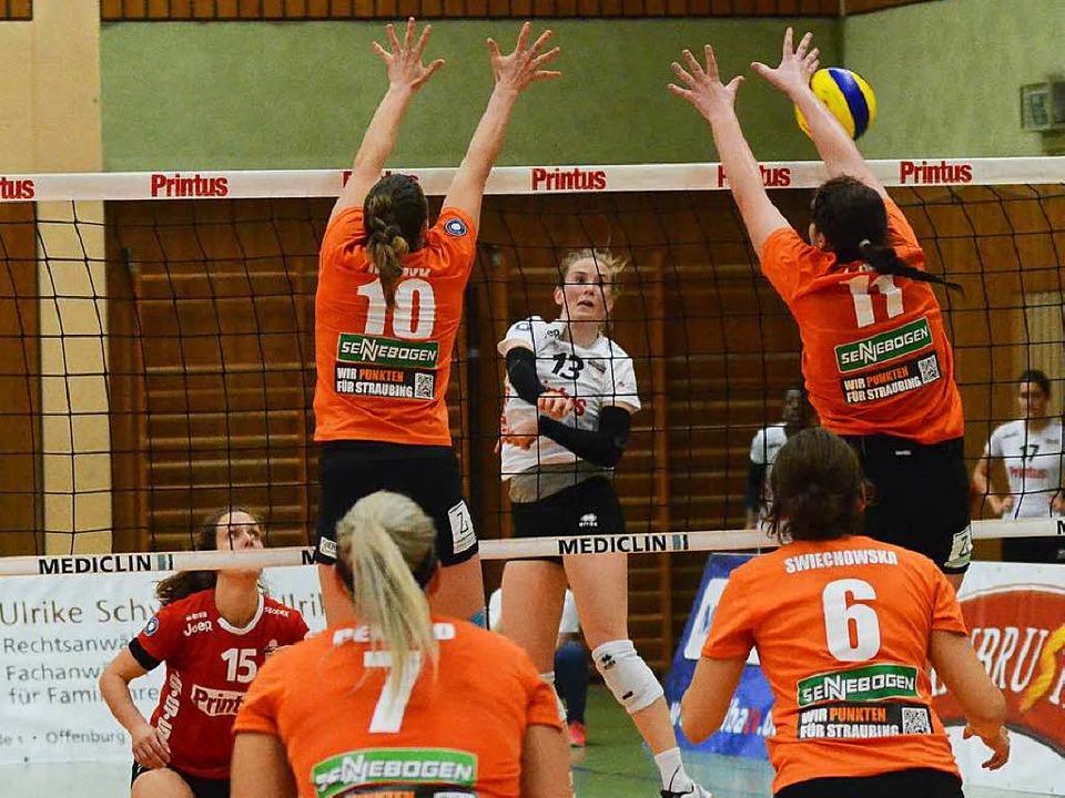 Molly Karagyaurov (Nummer 13) erzielte...htigen Punkt für das Offenburger Team.    Foto: Sebastian Köhli