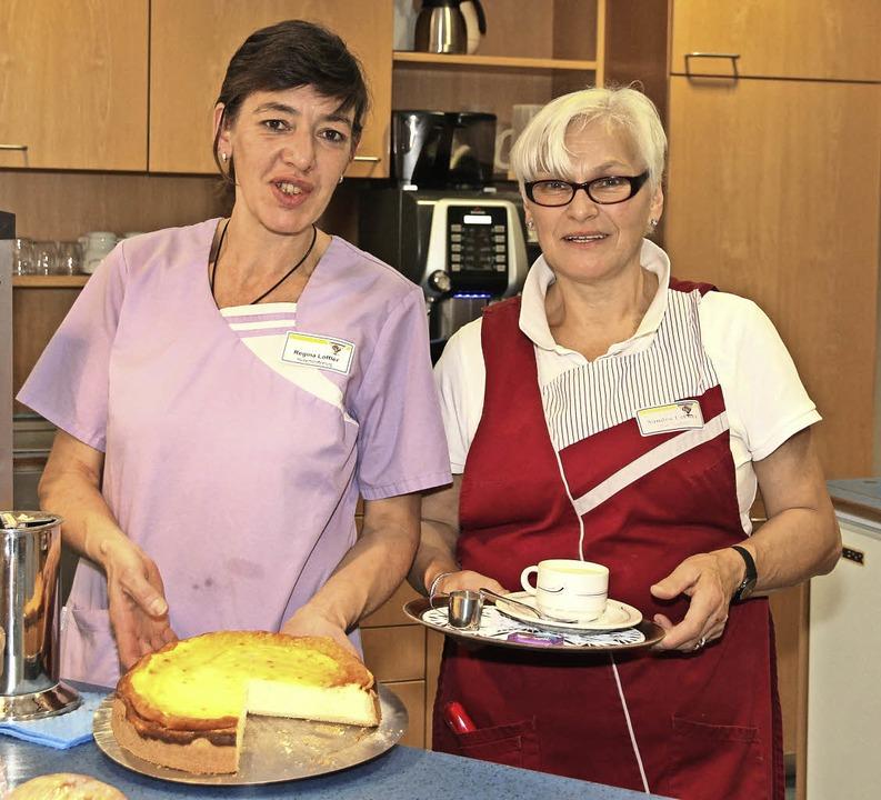 Regina Löffler (links) und Sandra Ueck...wei der guten Seelen des Café Raphael.    Foto: Eva Korinth