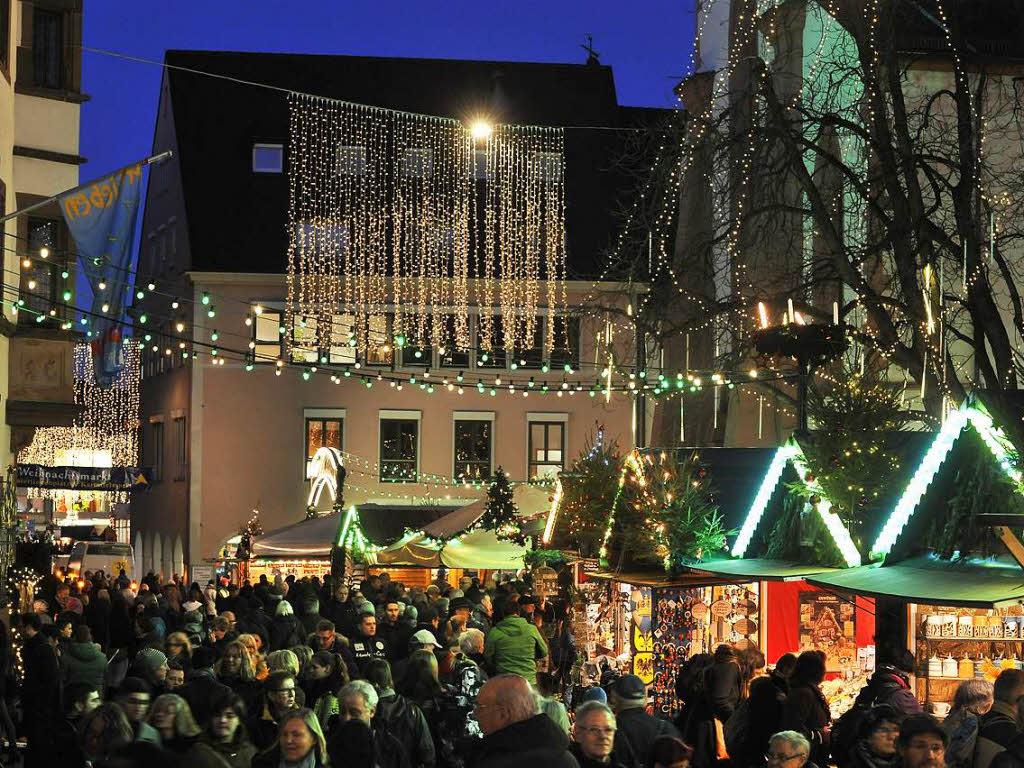 am heutigen montag startet der freiburger weihnachtsmarkt freiburg badische zeitung. Black Bedroom Furniture Sets. Home Design Ideas