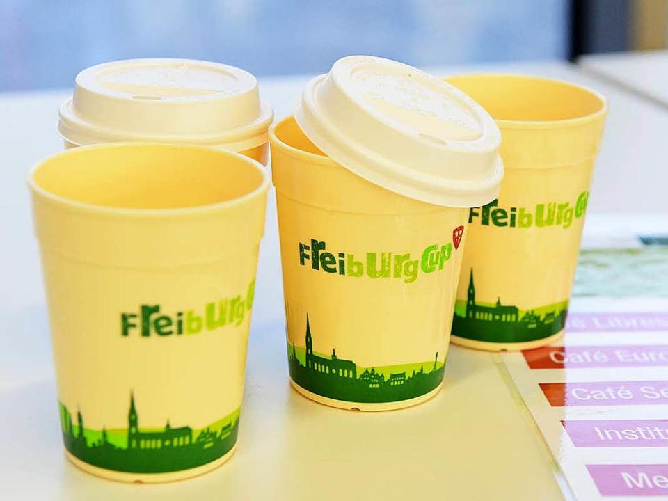 Mehrweg- statt Wegwerfbecher: der Freiburg-Cup  | Foto: Rita Eggstein