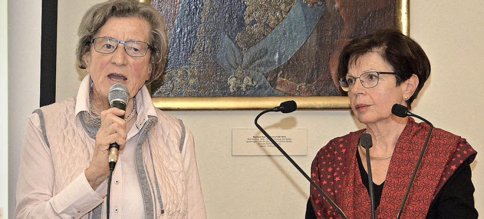 Moderatorin Christa van Husen (links) ...efen Ursula Weiss anschließend vorlas.  | Foto: Benedikt Sommer