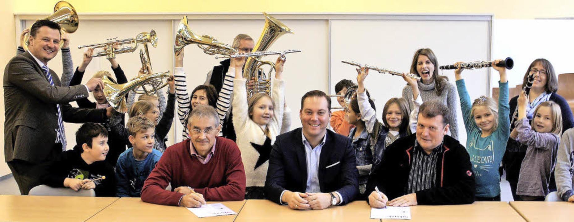 18 Kinder der dritten Grundschulklasse...rena Friedmann und Stephanie Hikisch.   | Foto: Reinhard Herbrig