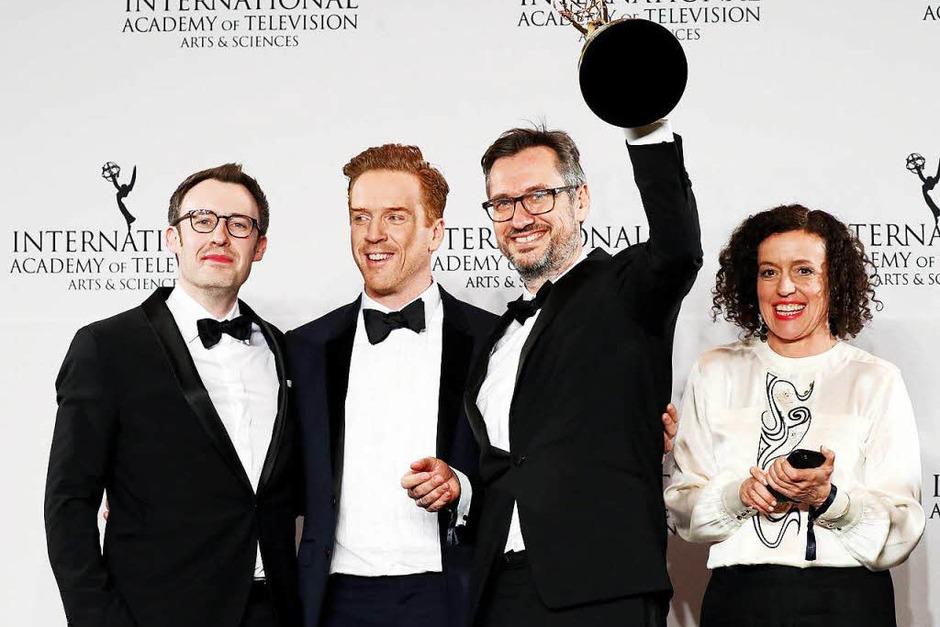 """Schauspielerin Maria Schrader und die Produzenten Philipp Steffens (links) und Jörg Winger (zweiter von rechts) posieren mit dem britischen Schauspieler Damian Lewis und dem Emmy für """"Deutschland 83"""". (Foto: dpa)"""