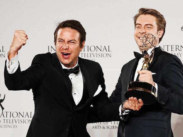 """""""Krieg der Lügen"""" gewann den Emmy als bester Dokumentarfilm. Regisseur Matthias Bittner (links) und Produzent Paul Zischler (rechts) freuen sich über den begehrten Preis."""