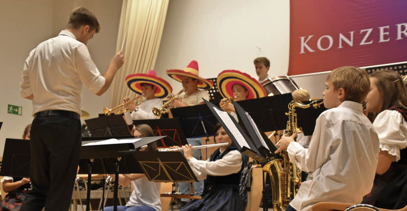 Lucas Grammelspacher gab sein Debüt als Dirigent der Jugendkapelle.   | Foto: Lisa Blitz