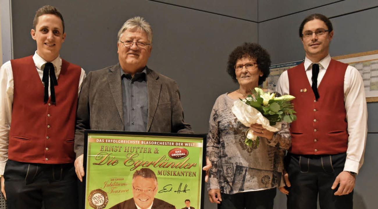 Julian Büche, Fritz Schweizer mit Frau...nmitglied Stefan Schweizer (von links)  | Foto: Lisa Blitz