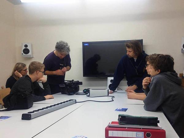 Einführung in die Technik: Andreas Nagel (3. von links), Redaktionsleiter uniCROSS, erklärt dem Schüler-Team TV, wie die Kamera zu handlen ist.