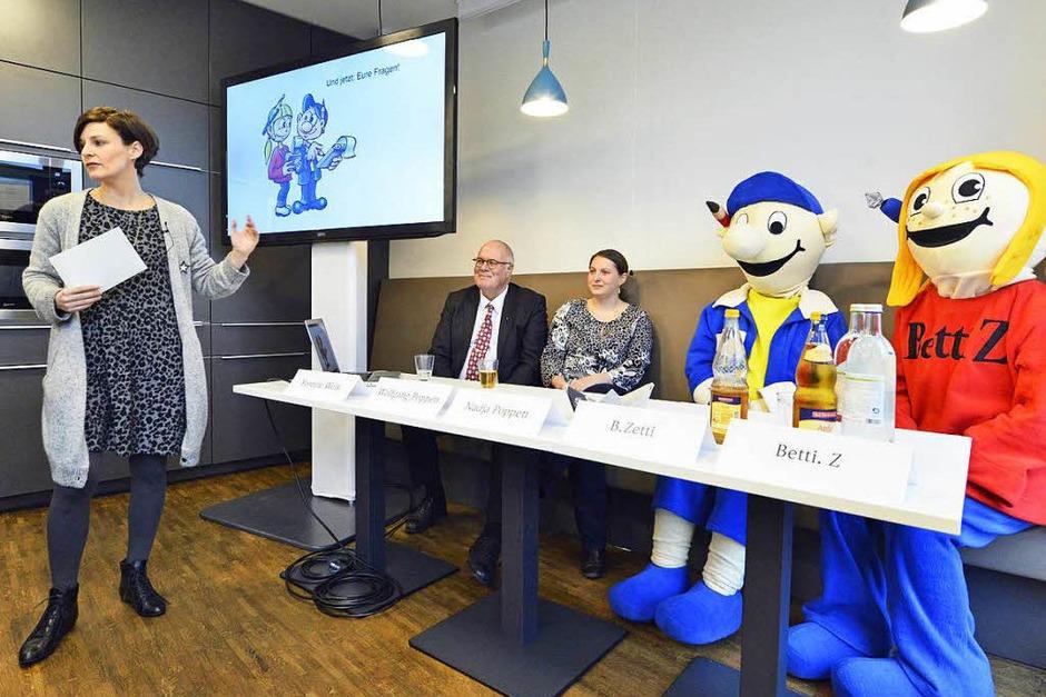 Autorin und BZ-Redakteurin Yvonne Weik stellt das Buch vor. Mit dabei: BZ-Verleger Wolfgang Poppen, Nadja Poppen, B. Zetti und Betti Z. (Foto: Michael Bamberger)