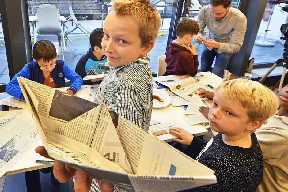 Kunstwerk: Ein Bächleboot aus Zeitungspapier (Foto: Michael Bamberger)