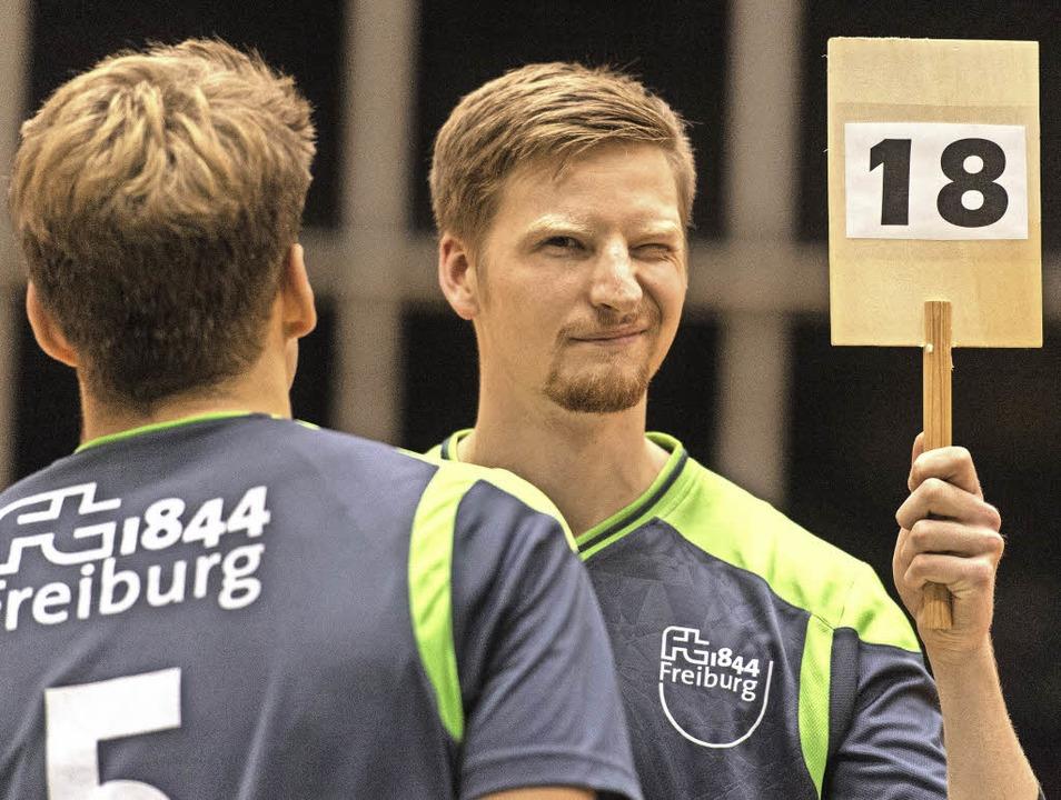 Immer schön mit Täfelchen: Dominic Sal...ür die Volleyballer von 1844 Freiburg     Foto: Seeger