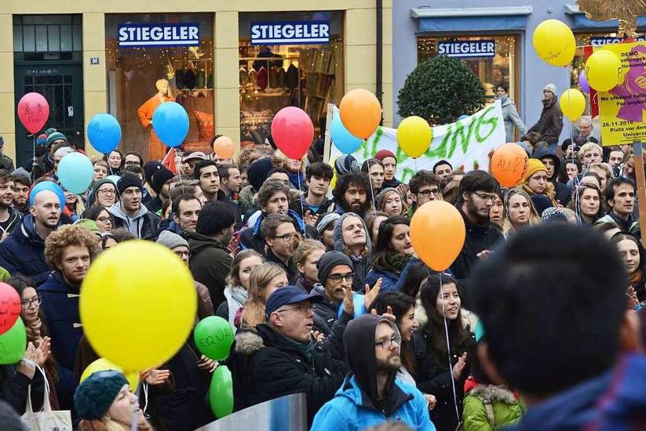 """""""Freie Bildung für Alle"""" forderten die rund 600 Studenten. (Foto: Rita Eggstein)"""