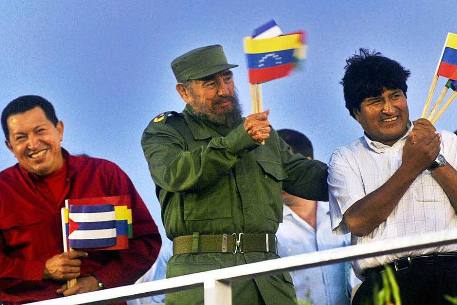 Der damalige venezolanische Präsident Hugo Chavez (l-r), der damalige kubanische Präsident Fidel Castro und Boliviens Präsident Evo Morales winken mit Fähnchen (undatierte Aufnahme). (Foto: dpa)