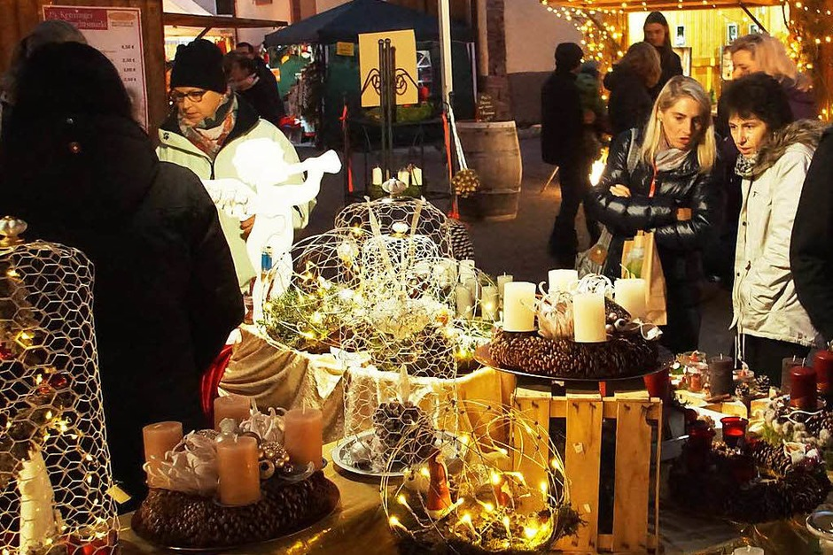 Weihnachtsmarkt in Kenzingen: Zum 25. Mal fand der Weihnachtsmarkt auf dem Kirchplatz statt. 56 Anbieter machten mit und sorgten für einen Rundgang ohne Lücken. (Foto: Ilona Huege)