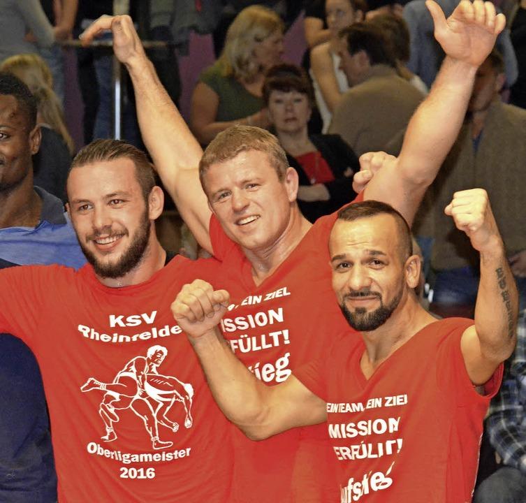 Im Feiermodus: Benedikt Rebholz, Andri...nks) steigen in die  Regionalliga auf.    Foto: uwe Rogowski