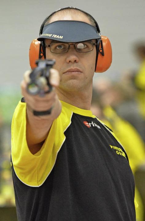 Ein Sieg, eine Niederlage: Christian S...ftspunkt der ESV-Luftpistolenschützen.  | Foto: Rogowski