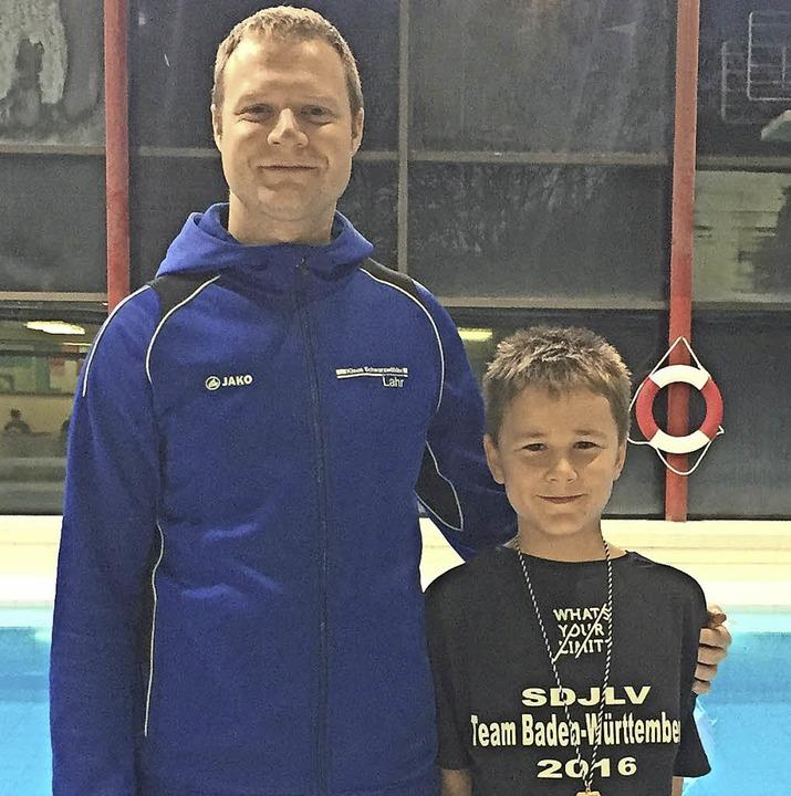 <BZ-FotoAnlauf>Schwimmen:</BZ-FotoAnlauf> Manuel Tomm mit Trainer Marco Sinner.     Foto:  Privat