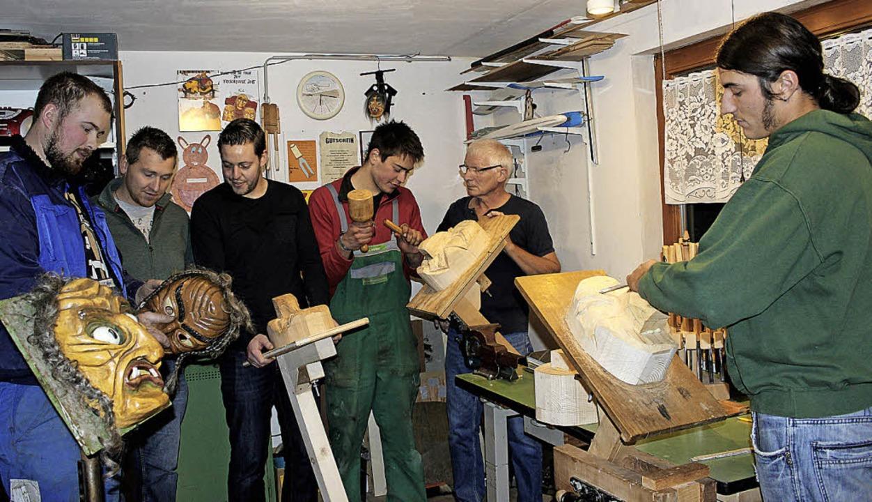 Als Maskenschnitzer machen Tobias Näge...iten der Hexenneulinge sehr zufrieden.  | Foto: Christa Maier