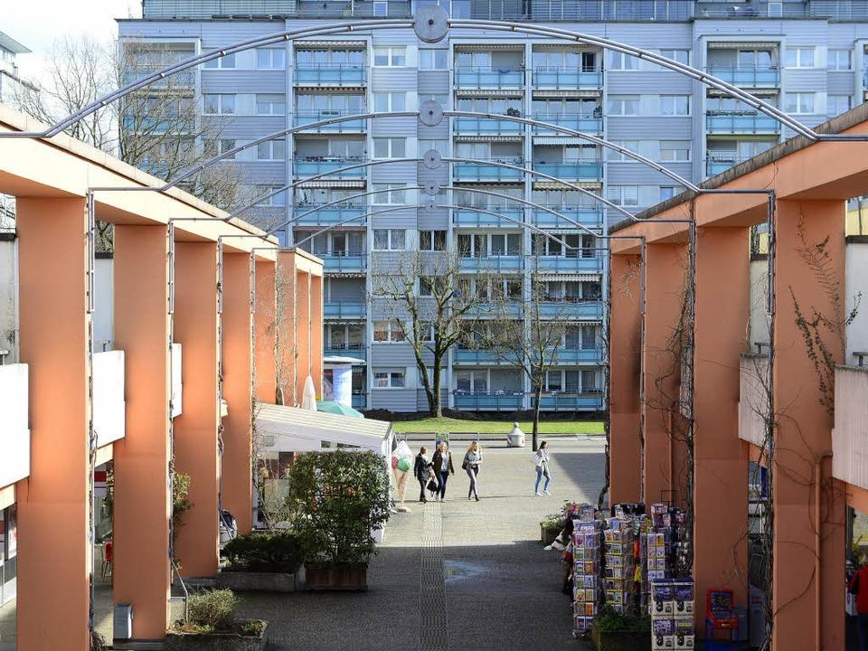 Das  bislang zweigeschossige  Einkaufs...siebenstöckigen Neubau ersetzt werden.  | Foto: Ingo Schneider