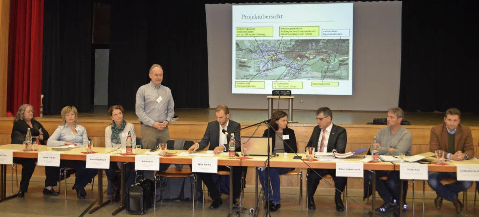 Referenten im Podium: Heidi Götz, Heik... Bauamtsleiter Tobias Kury (2. v.re.)     Foto: Nikolaus Bayer