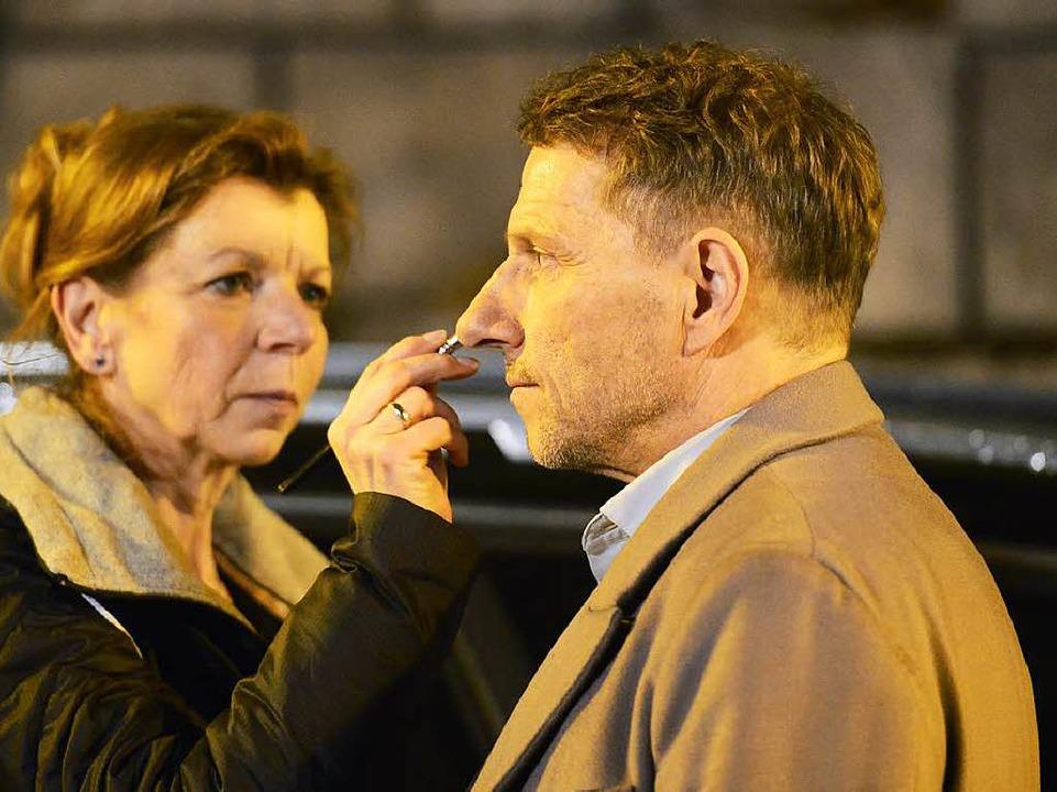 Die Nase als  Markenzeichen: Eine Maskenbildnerin pudert Richy Müller.  | Foto: Ingo Schneider
