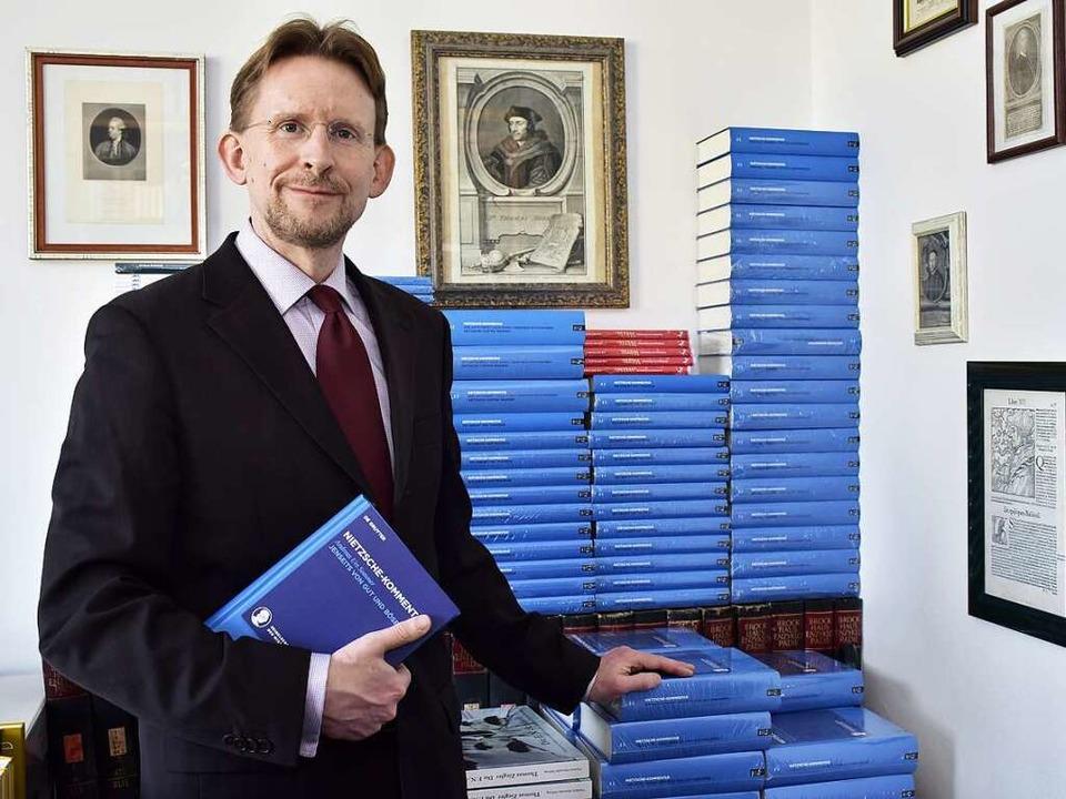 In Andreas Urs Sommers Büro stapeln si... herausgegebenen Nietzsche-Kommentars.  | Foto: Thomas Kunz