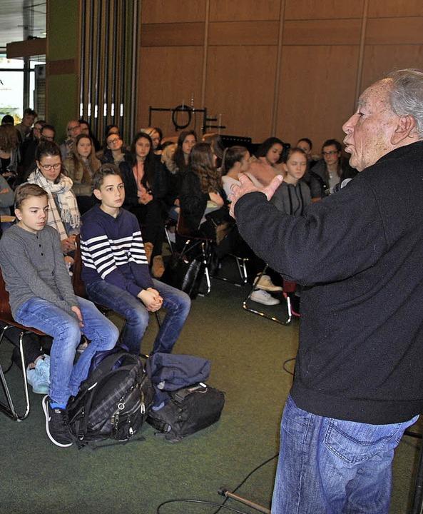 Reuven Moskowitz bei seinem Vortrag vor den GHSE-Schülern.  | Foto: GHSE