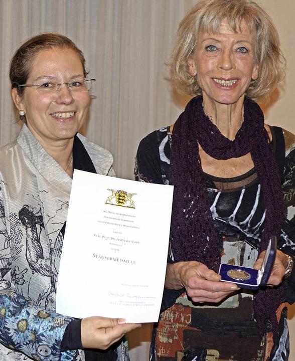 Irmtraud Tarr (rechts) freut sich über...ermeisterin Diana Stöcker überreicht.   | Foto: Roswitha Frey