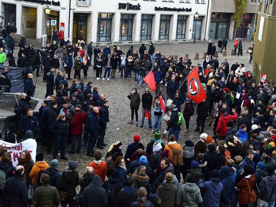 Die Gruppe der AfD-Demonstranten (links) wurde von der Polizei geschützt.  | Foto: Rita Eggstein