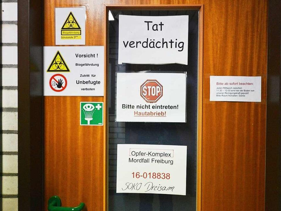 Eine Labortür des Kriminaltechnischen ...rdfalls in Freiburg bearbeitet werden     Foto: dPa