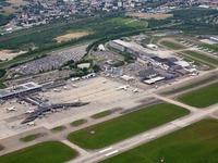Flugzeug stürzt beim EuroAirport ab - ein Todesopfer