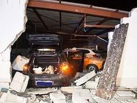 Frau rast mit ihrem Auto in die Außenwand einer Garage