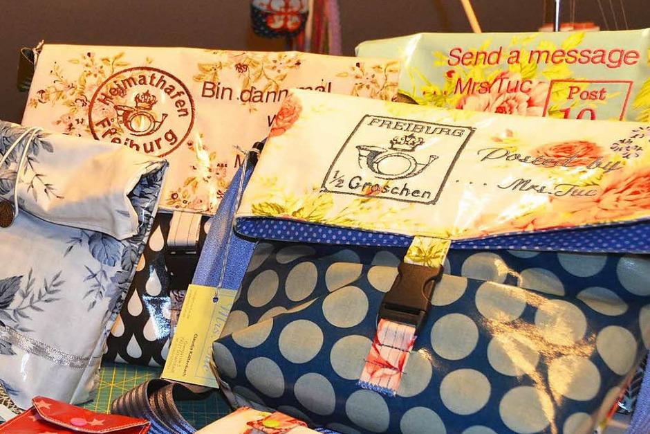 Claudia Kaltenbach aus Schallstadt produziert Taschen, Etuis und Portemonnaies aus Wachstuch. So verwertet sie etwa alte Feuerwehruniformen. Kontakt: www.mrs-tuc.de (Foto: Andrea Gallien)