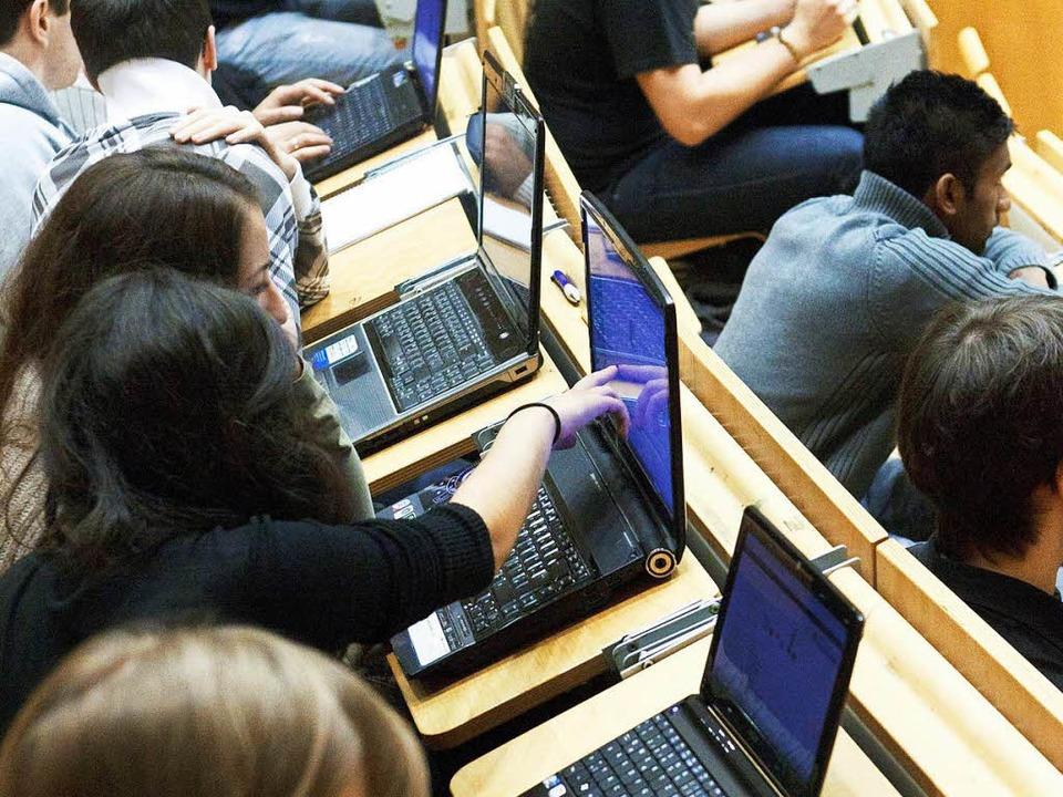 Überall Zugriff auf die Literatur – Studenten im Hörsaal     Foto: dpa