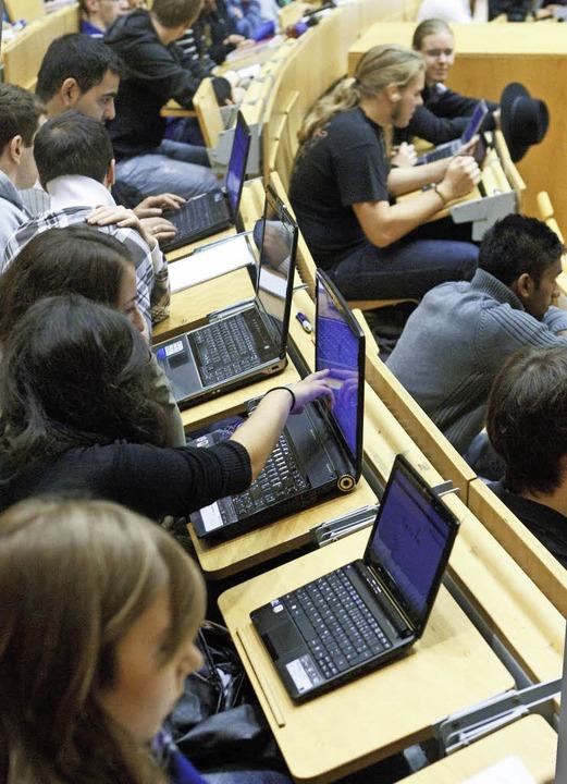 Überall Zugriff auf die Literatur – Studenten im Hörsaal   | Foto: dpa