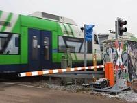 Bahnmitarbeiter steuert aus einem Kabuff heraus  Schranke