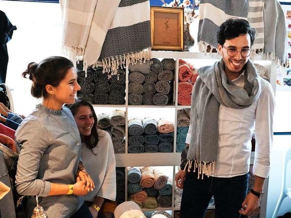 Selbstdesignte Schmuckstücke, bunte Socken, nachhaltige Schuhe: Auf dem Stijl-Markt in der Mensa Remparstraße gibt es viel Kreatives zu entdecken.
