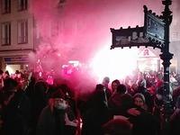 Etwa 250 Leute demonstrieren bei nächtlicher Protest-Parade