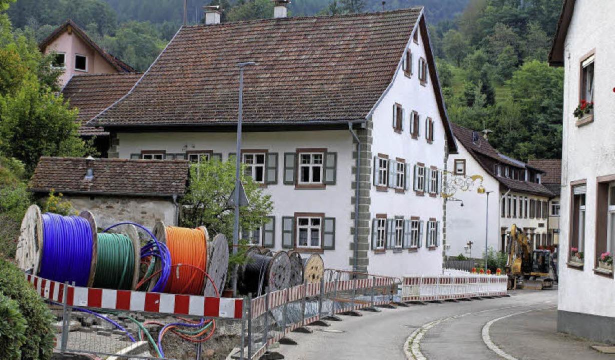 Wie hier in Tegernau werden  Breitband...arbeiten möglichst gleich mitverlegt.   | Foto: Heiner Fabry
