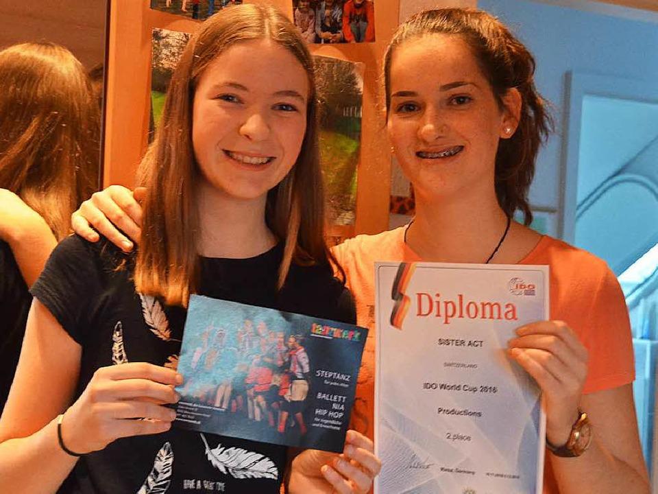 Svenja Reinwald (links) und Kaja Thoss sind stolz auf ihren Erfolg  | Foto: Ralf H. Dorweiler