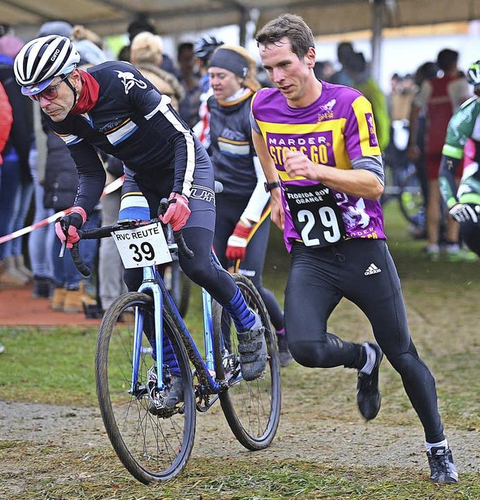 Christopher Hettich (Nummer 29)  läuft dem Sieg entgegen.   | Foto: Murst