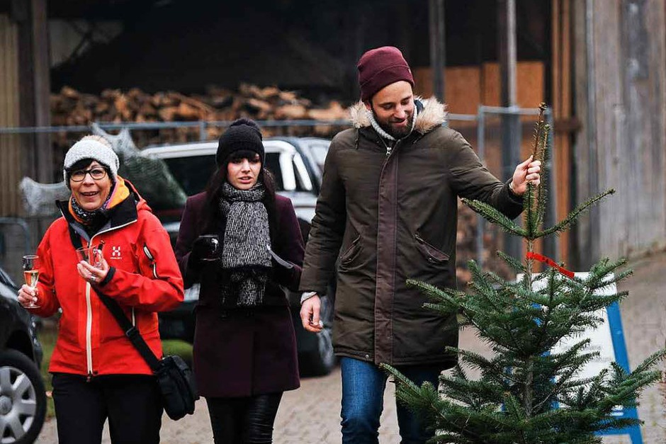 Die Anzeigenkunden der BZ hatten großen Spaß, sich vor der Alten Säge in Zarten einen schlagfrischen Baum auszusuchen. (Foto: Miroslav Dakov)