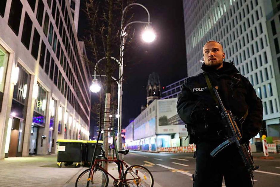 Ein Polizist ist unweit der Gedächtniskirche am Montagabend im Einsatz (Foto: dpa)